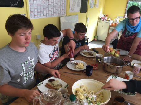 Oma Uschis Kartoffelsalat wird gegessen