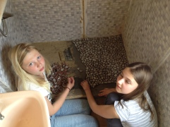Leni und Paula arbeiten an dem Duschenboden