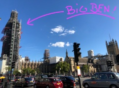 Big Ben im Trenchcoat...