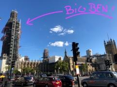 Big Ben im Trenchcoat...