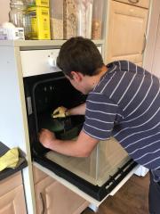 Leon säubert den Ofen