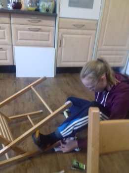 Marie repariert Stühle